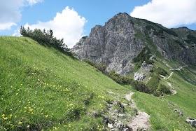 Blick auf Bschießer und Bergpfad Allgäu Tirol