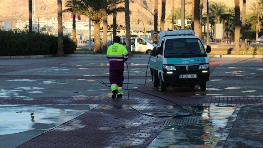 Labores de limpieza en la parte baja de la Rambla de Almería.