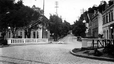Photo: Início da antiga Rua João Pessoa, atual Rua Nelson de Sá Earp. O prédio à esquerda, no início da rua, ainda existe, apesar de descaracterizado. Ainda existiam os trilhos do bonde, que fazia ponto de parada na Praça da Liberdade, localizada no final desta rua. Foto da década de 30