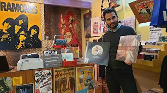 Pedro Gil en La Caverna con sendos álbumes de Queen y los almerienses The Dry Mouths.