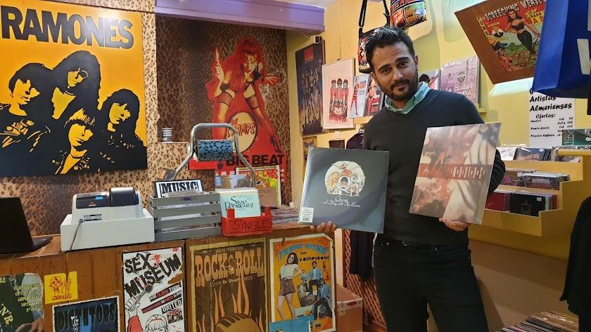Pedro Gil en Discos Caverna con sendos álbumes de Queen y los almerienses The Dry Mouths.