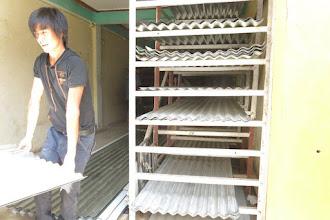 Photo: Voluntarios de la Fundació Casa del Tibet adquiriendo las láminas de metal para las cabañas.