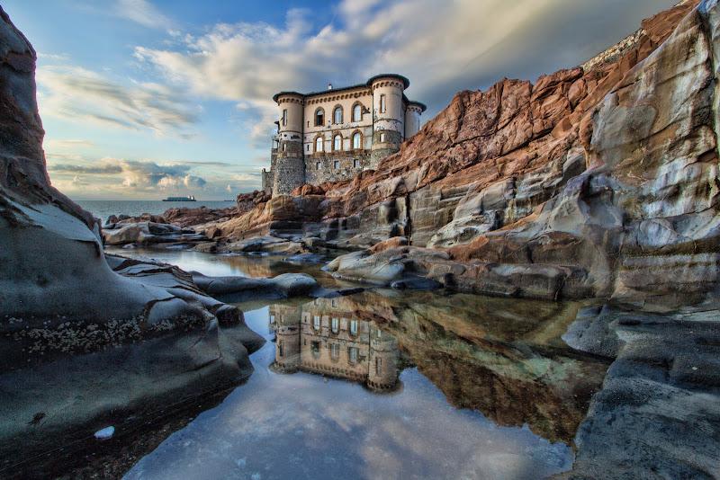 Nello specchio d'acqua riflette il castello di Gianluca Presto