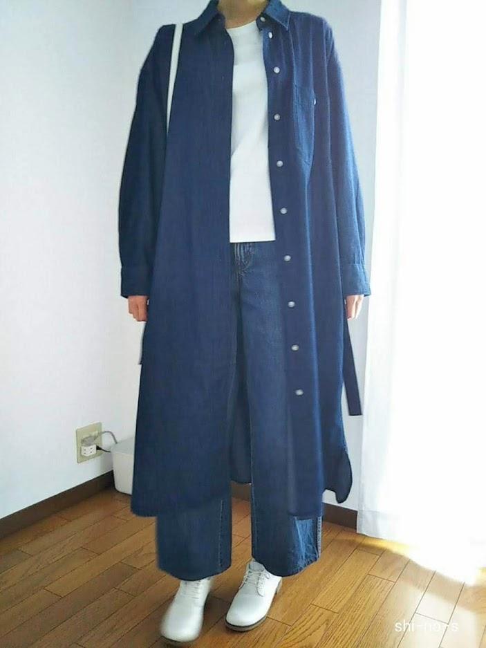デニムシャツワンピースとジーンズのコーデ