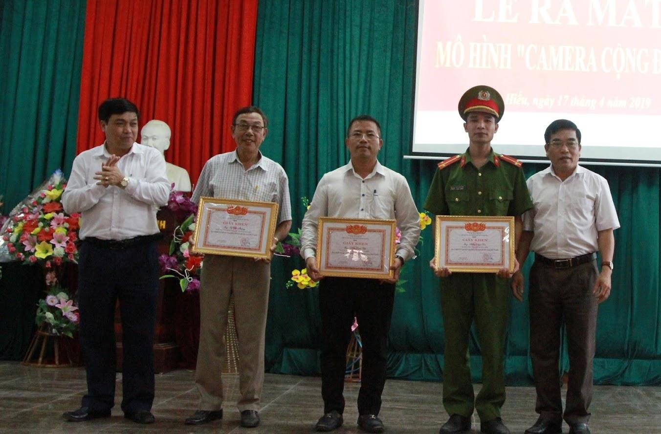 Trao tặng Giấy khen của UBND TX Thái Hòa cho 1 tập thể và 3 cá nhân