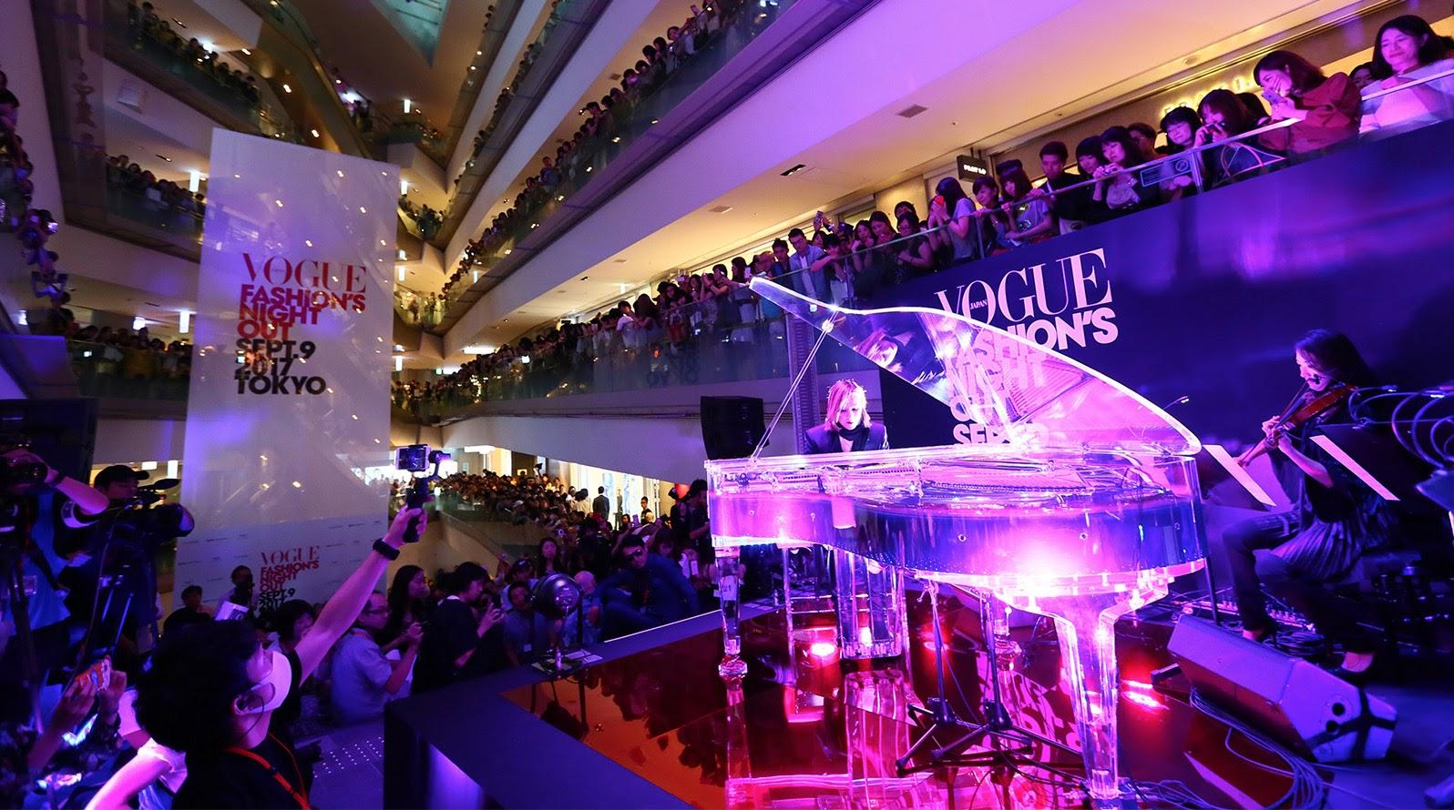【迷迷現場】YOSHIKI驚喜出席「VOGUE FASHION'S NIGHT OUT」 吸引3400人湧入表参道ヒルズ