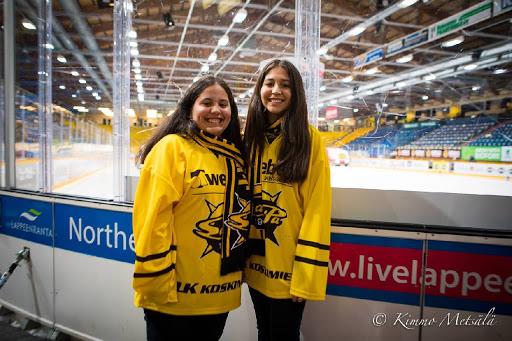 Argentiinalaiset Morena (vasemmalla) ja Candela Gonzalez pitivät elämänsä ensimmäisestä jääkiekko-ottelusta valtavasti. Hymy oli ottelun jälkeen molemmilla leveä.