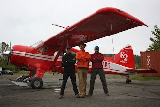 Photo: 6 DZIEŃ - ODPOCZYNEK I OCZEKIWANIE NA WYLOT POD LODOWIEC  Pogoda nadal bardzo zła, zimno, deszcz, słaba widoczność . Wiemy , że przez całą sobotę nigdzie nie wylecimy , bo żadna awionetka nie może wystartować. Lot samolotem pod lodowiec jest jedynym stosowanym przez wspinaczy rozwiązaniem na pokonanie 100 km dystansu. Nikt nie jest skłonny przed ciężką wyprawą na lodowcu przez tydzień czasu przeprawiać się przez rzeki, lasy i bagna. Natomiast piloci kilku małych lokalnych firm transportowych wyczekują odpowiednich warunków na lot. Dobra pogoda musi być zarówno na lotnisku jak i na lodowcu.