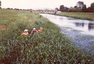 Photo: 1982: An der Vechte. Mit dem Boot durchs Grün