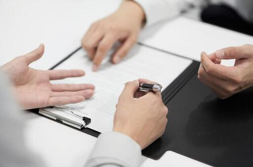 机の上に置かれている人の手  低い精度で自動的に生成された説明