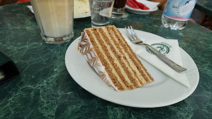 Eszterházy-torta(Eszterházy cake) 來自奧地利的甜點,在奧匈兩地都頗常見。得名大諸侯Eszterházy家族,原始蛋糕體為杏仁,現在改為核桃。