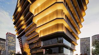 Los niveles medios del edificio ToHa iluminados al atardecer.