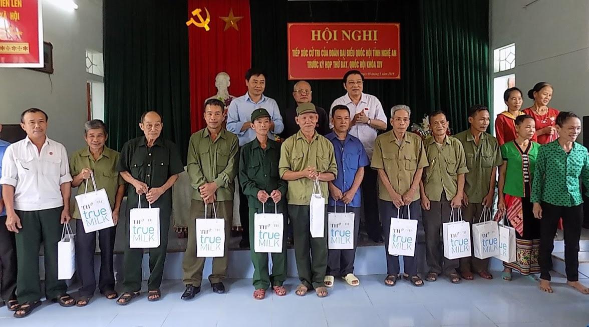 Đồng chí Phan Đình Trạc và đồng chí Hồ Lê Ngọc, Bí thư Huyện ủy Quỳ Hợp trao 20 suất quà cho 20 hộ nghèo, gia đình chính sách xã Châu Lộc