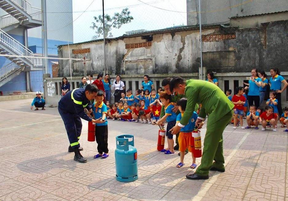 Hướng dẫn trẻ cách sử dụng các thiết bị chữa cháy (trong 1 chương trình dạy kĩ năng sống trước đó)