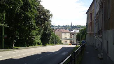 Photo: Das Hauptgebäude des Fichte-Gymnasiums am Bergischen Ring mit der Einmündung der Goldbergstraße dahinter; im Hintergrund der Turm der Johanniskirche.