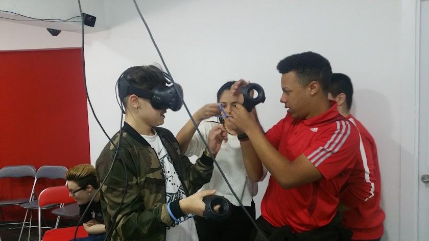 Alumnos del colegio Amor de Dios en el taller de realidad virtual.