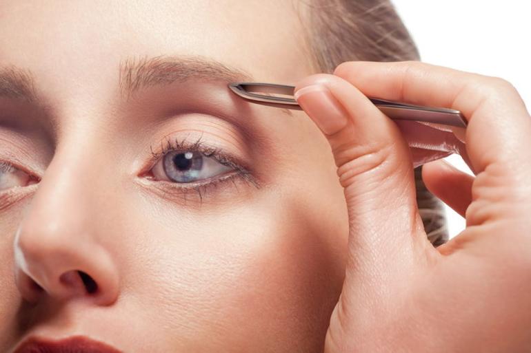 Nhổ lông mày thường xuyên sẽ khiến vùng da mắt nhạy cảm bị tổn thương