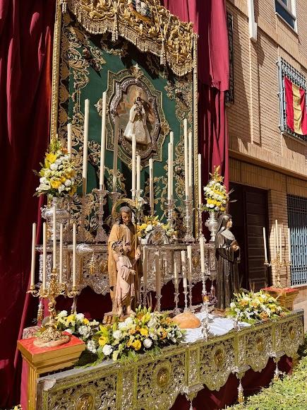 La Macarena ha instalado su altar en la calle Eduardo Pérez.