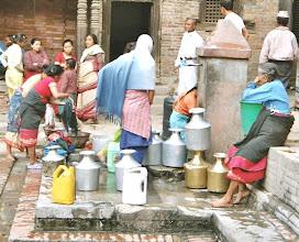 Photo: Frauen holen Wasser und plauschen