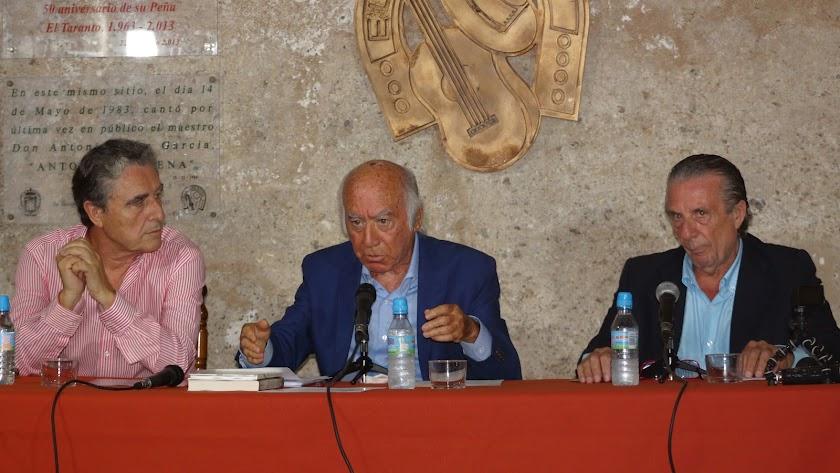 Rafael Morales, Peña El Taranto; Miguel Guerrero, autor; y José Andrés, presentador de la novela