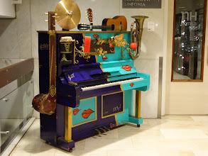 Photo: ロビー隅っこにある不思議なピアノ。もこもこ鳴ります。