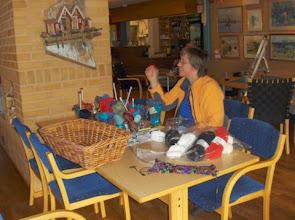 Photo: Ingrid förbereder inför deltagarnas ankomst genom stickbukettstillverkning