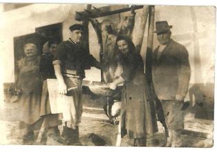Photo: Disznóölés idős Domonkos Etel, lánya Etel, Szabó Gyula, ifj Domonkos Elekné Kopsa Irma,  id. Domonkos Elek.