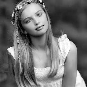 Lindsey in black and white by Sylvester Fourroux - Black & White Portraits & People