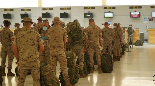 Los legionarios facturas en el Aeropuerto de Almería
