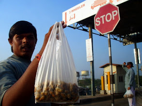 Photo: STOP and have some groundnuts! Sorry, I just took picture of you instead, handsome seller! Have a nice week ahead, everyone!! 7th September updated (日本語はこちら) -http://jp.asksiddhi.in/daily_detail.php?id=649