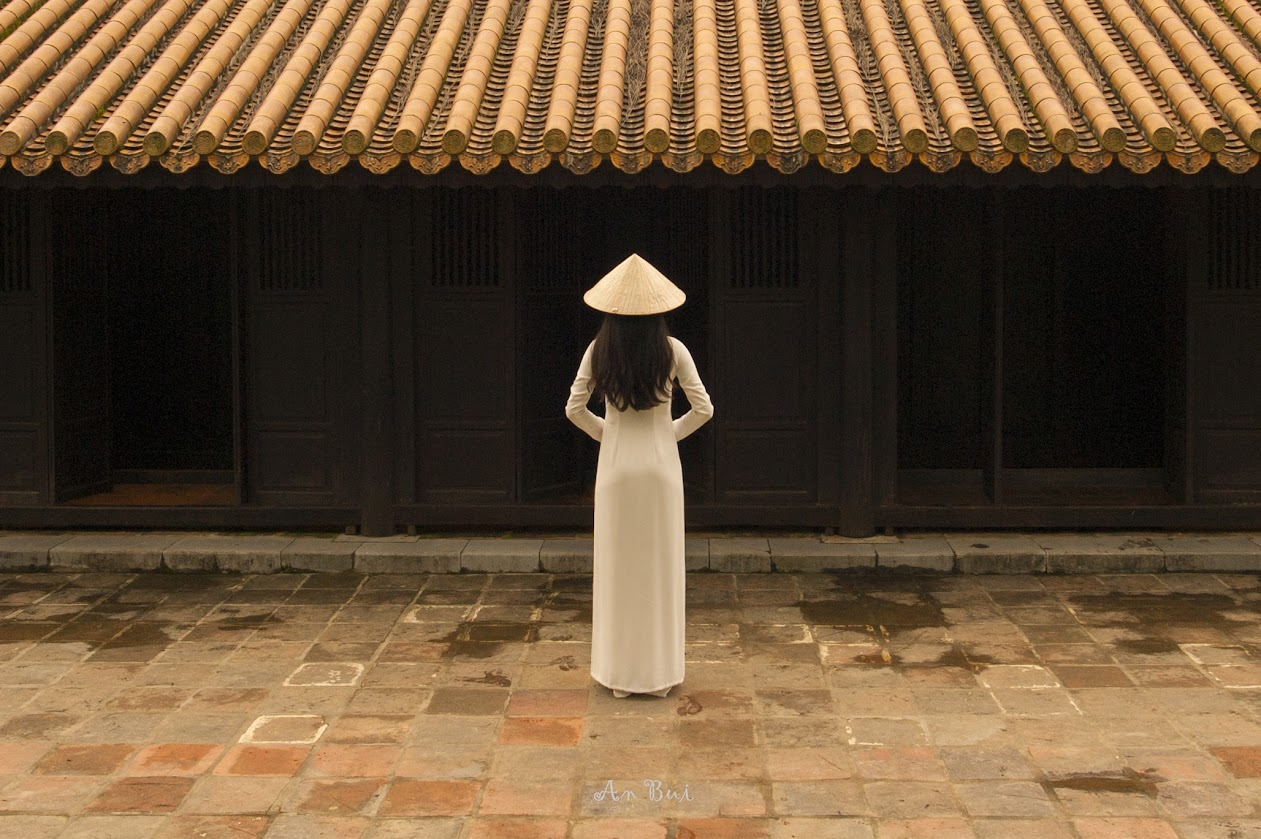 Photography with lady in Ao DaiinImperial Citadel Hue