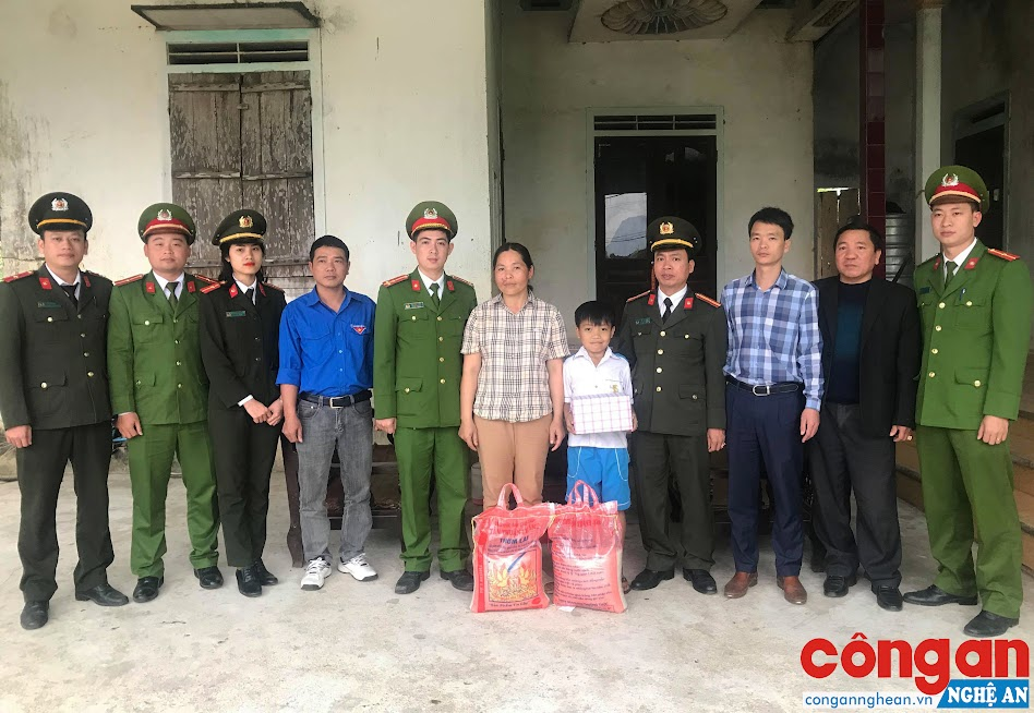 Trao quà cho em Hà Văn Trung, xóm Xuân 3, xã Nghĩa Liên
