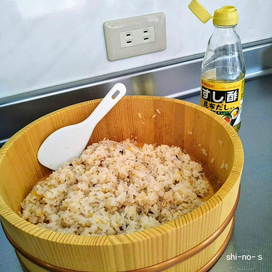 寿司桶にご飯。そばにすし酢