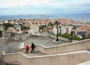 Photo: Notre-dame de la Garde - Marseille - pohled na Frioulské ostrovy (zejména Château d'If)  https://www.turistika.cz/cestopisy/francie-provence-marseille/detail