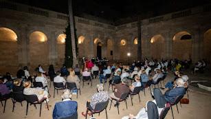 El claustro de la Catedral, lleno para la presentación del libro de Tomás Cano.
