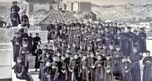 El Padre Tapia en una imagen juvenil junto a otros seminaristas en la terraza del Seminario con la Alcazaba al fondo.