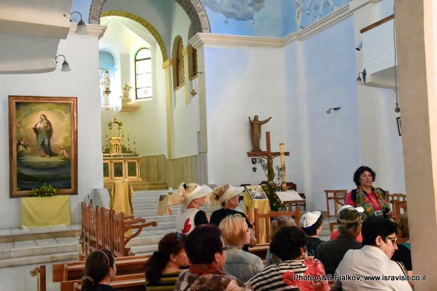 Гид в Израиле Светлана Фиалкова на экскурсии в церкви Девы Марии монастыря Дир Рафат.