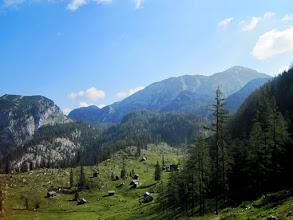 Photo: Die Ischlerhütte ist bereits zu sehen -dahinter ein erster Blick auf den Schönberg.