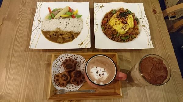 高雄~Awake Coffee (巨蛋店)~超好拍創意娃娃牆~萌萌噠貓爪蛋糕及貓咪拉花~美味餐點溫馨氣氛~值得推薦~