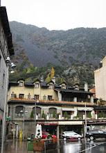 Photo: Idyllisiä rakennuksia ja vuoria ...