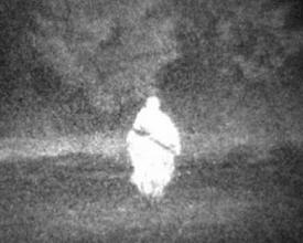 Photo: Ночь. Снайпер в камуфляже выходит из леса. Расстояние120 м. Пример демонстрирует эффект выделения объектов по светоотражающему контрасту в ближнем ИК диапазоне.