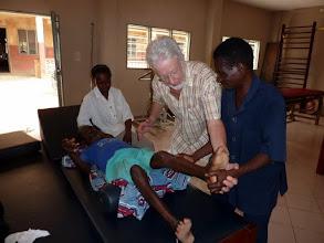 Photo: je prends le temps de donner des conseils à la famille d'un malade qui doit rééduquer le papa hémiplégique, pour soulager la tâche d'Eléonore