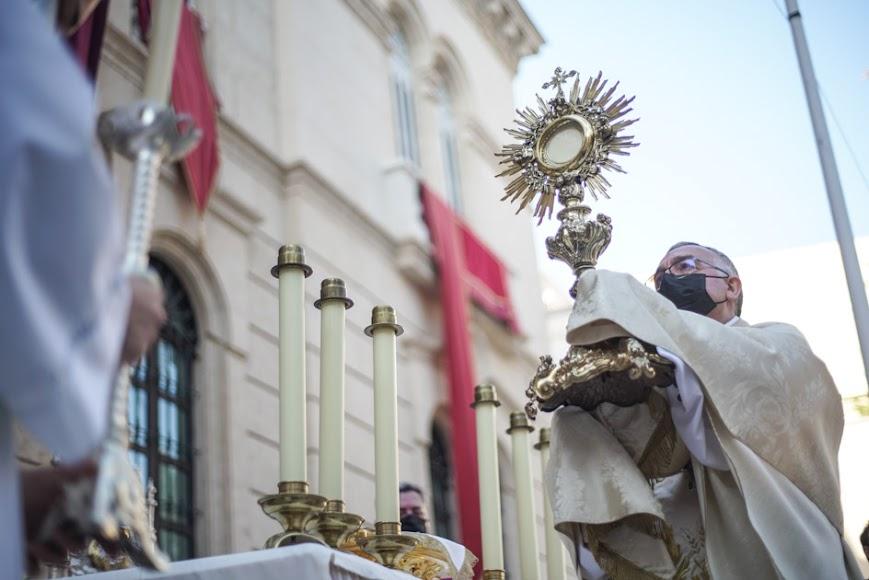 Gómez Cantero, impartiendo la bendición.