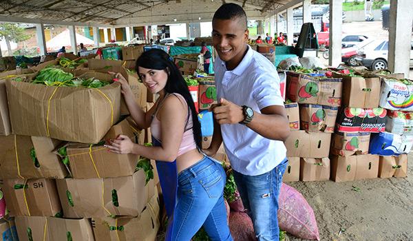 Porndoe - La traviesa colombiana amateur Luna Miel recogida del mercado y follada