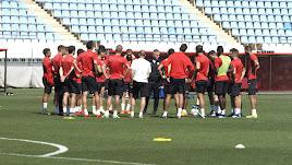 Charla de Lucas Alcaraz con los jugadores.