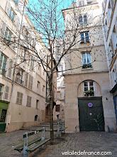 Photo: Traversez l'étonnante rue du Grenier sur l'Eau -e-guide de balade à vélo dans Paris de Notre-Dame à Bercy-Village