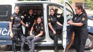 Las policías posan en las dependencias de la Comisaría Provincial de Almería.