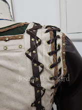 Photo: Camisolão longo em sarja acetinada de algodão ( lado com brilho por dentro), bata em camurça bege com mangas em PU Soft ( imitação de couro), com detalhes em tranças de camurça, ilhós e rebites ouro velho e tiras de imitação de couro camurçado.    Site: http://www.josetteblanchard.com/  Facebook: https://www.facebook.com/JosetteBlanchardCorsets/  Email: josetteblanchardcorsets@gmail.com josetteblanchardcorsets@hotmail.com
