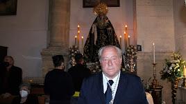 Francisco Javier Muñoz-del Pozo ante la Virgen del Rosario del Mar.