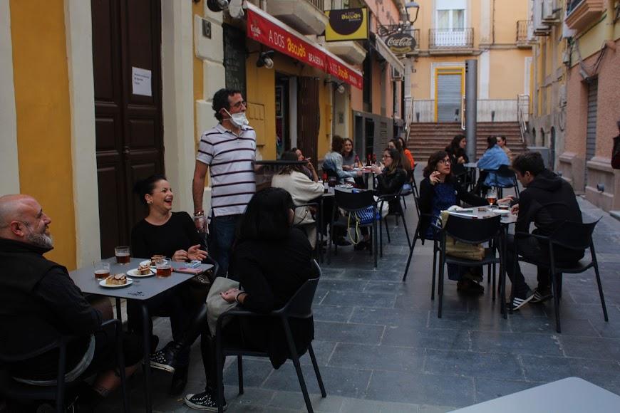 Almerienses en A Dos Ascuas, establecimiento ubicado en la calle Padre Alfonso Torres.